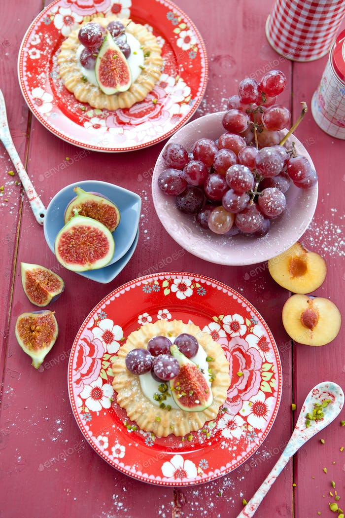 Little tarts with grapes and figs
