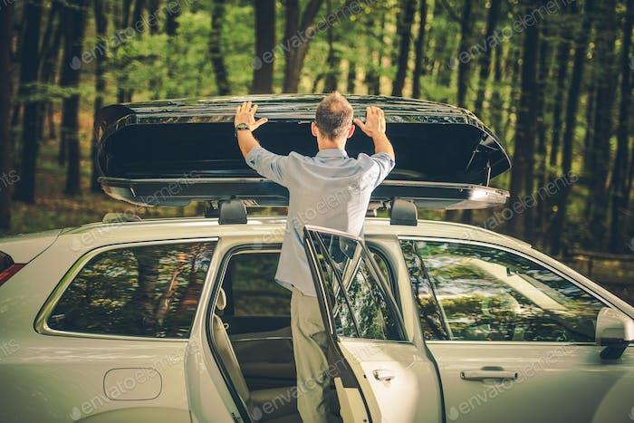 Installation de la cargaison de toit de voiture