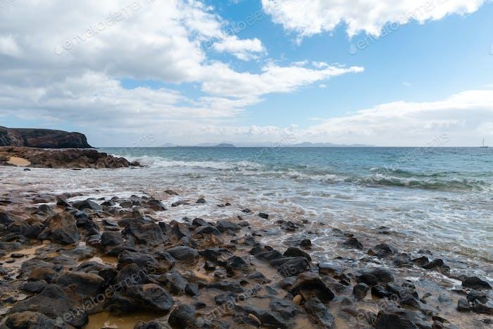 Panorama de la hermosa playa y el mar tropical de Lanzarote. Canarias
