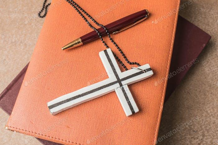 Kreuz auf einem Buch