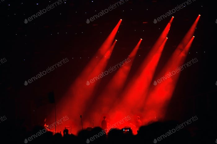 Rote Bühnenbeleuchtung während eines Live-Konzerts