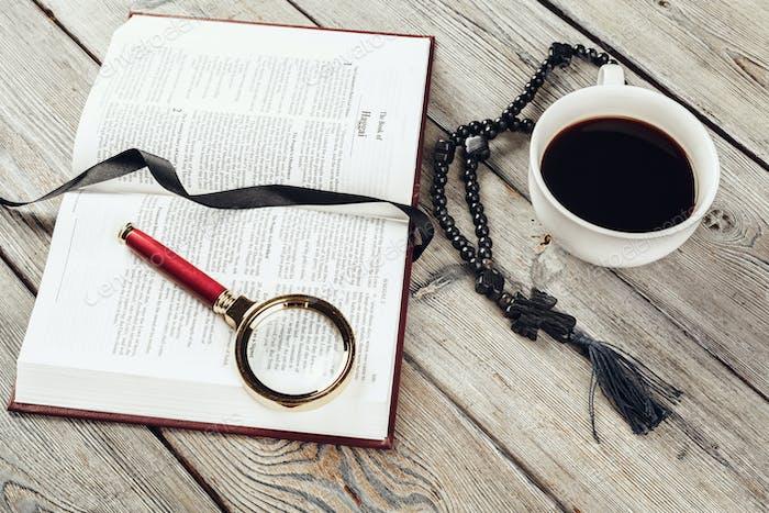 Biblia y un crucifijo en una vieja mesa de madera. Concepto de religión.