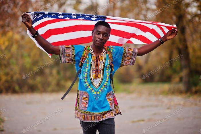 Con bandera de Estados Unidos.