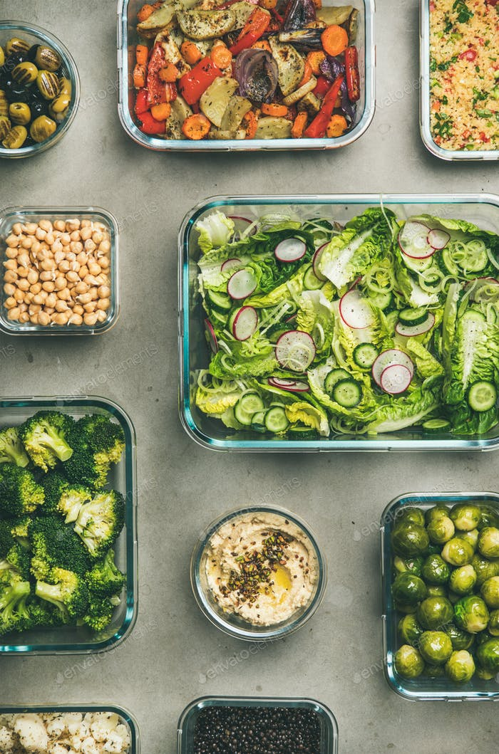 Gesunde vegane oder vegetarische Gerichte in Behältern, Draufsicht