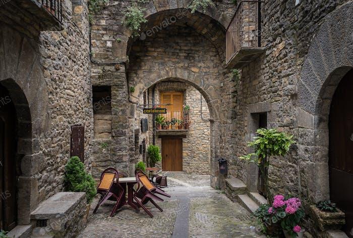 Calles de Ainsa, ciudad medieval, España