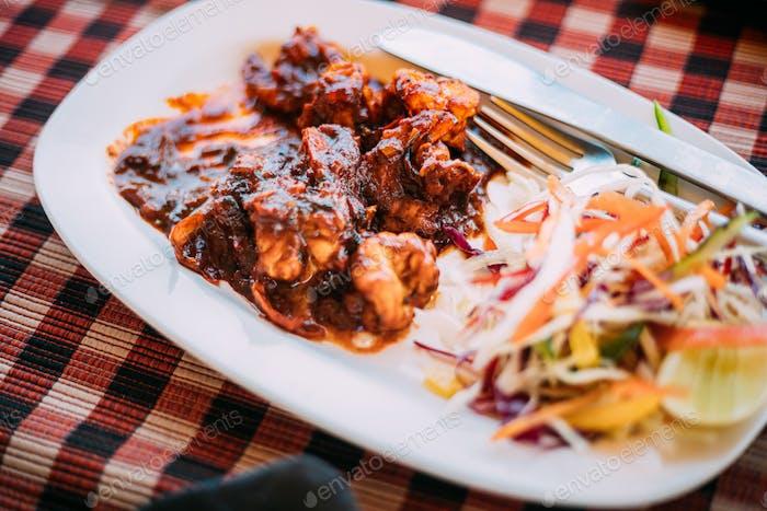 Goa, Indien. Gericht der indischen nationalen Küche Ist Goan Garnelen in indischer Sauce. Traditionelles Gericht von Goa