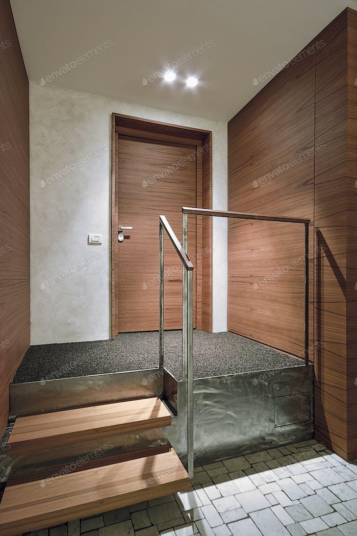 Современная посадка с лестничной клеткой и главной дверью