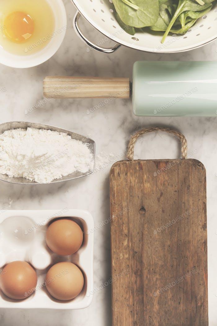 Draufsicht auf Kochzutaten und Vintage Küchenaccessoires