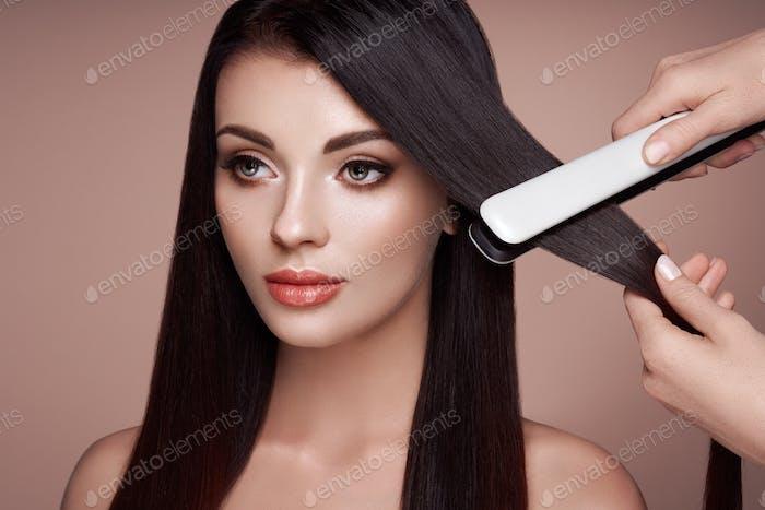 Peluquería alisar el cabello largo con planchas para el cabello
