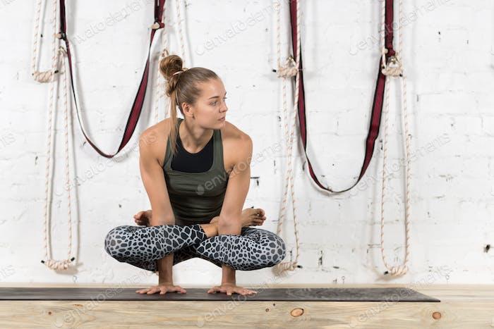 Frau tun Yoga Übungen In Gym, Sport Fitness Mädchen Training Stretching