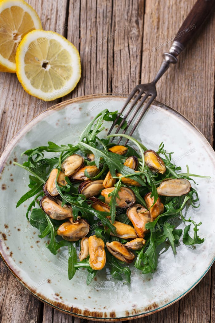 Salad with mussels and arugula