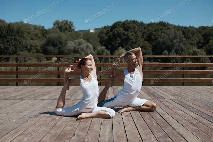 Gesundes Paar in Yoga-Position
