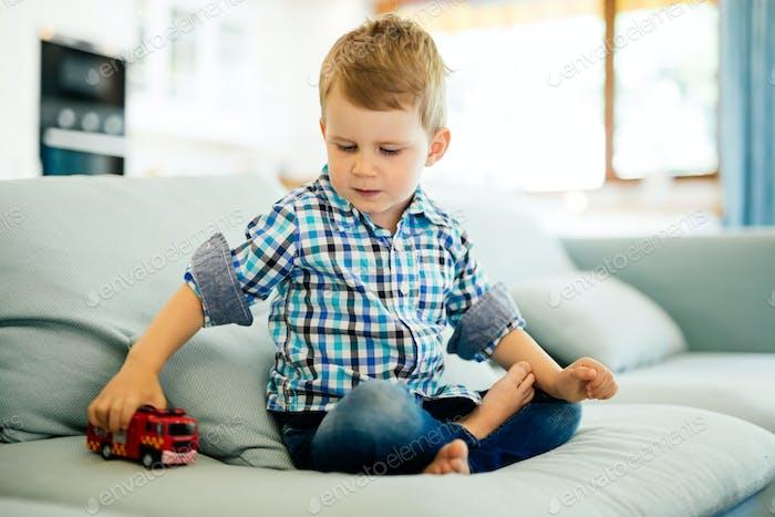Schöne Kleinkind spielen mit seinem Spielzeug