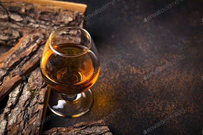 Glas Cognac oder Whisky.