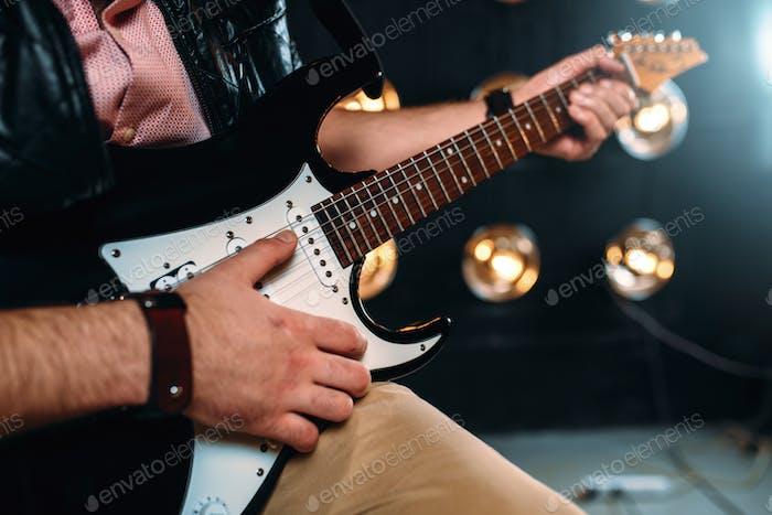 Männlicher Rockstar mit elektro- gitarre auf der Bühne