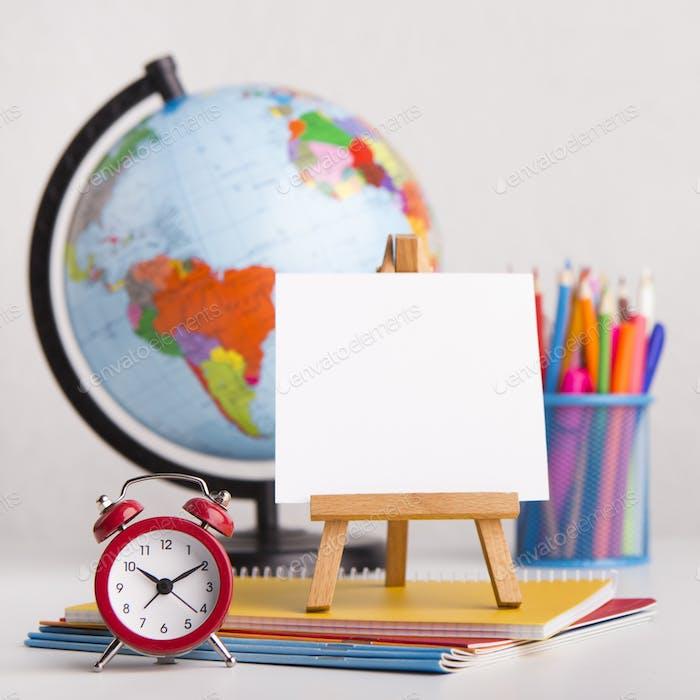 Nahaufnahme von Staffelei und Büropapier auf weißem Hintergrund