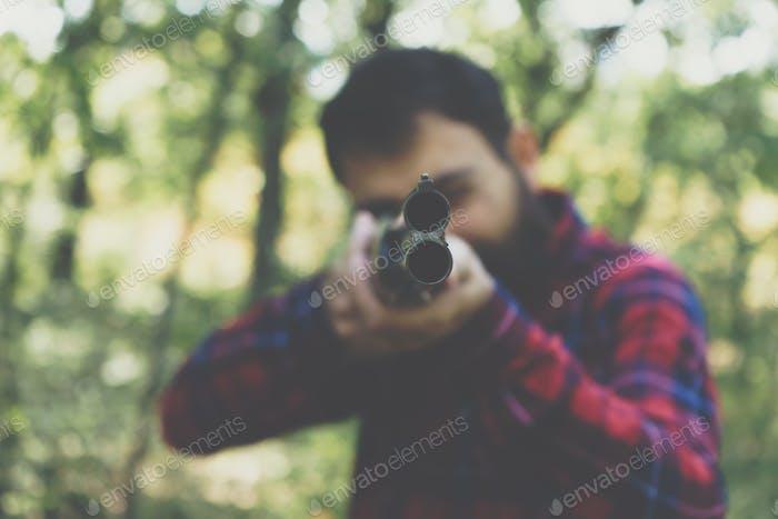 Jäger mit einer Pistole auf dem Wald