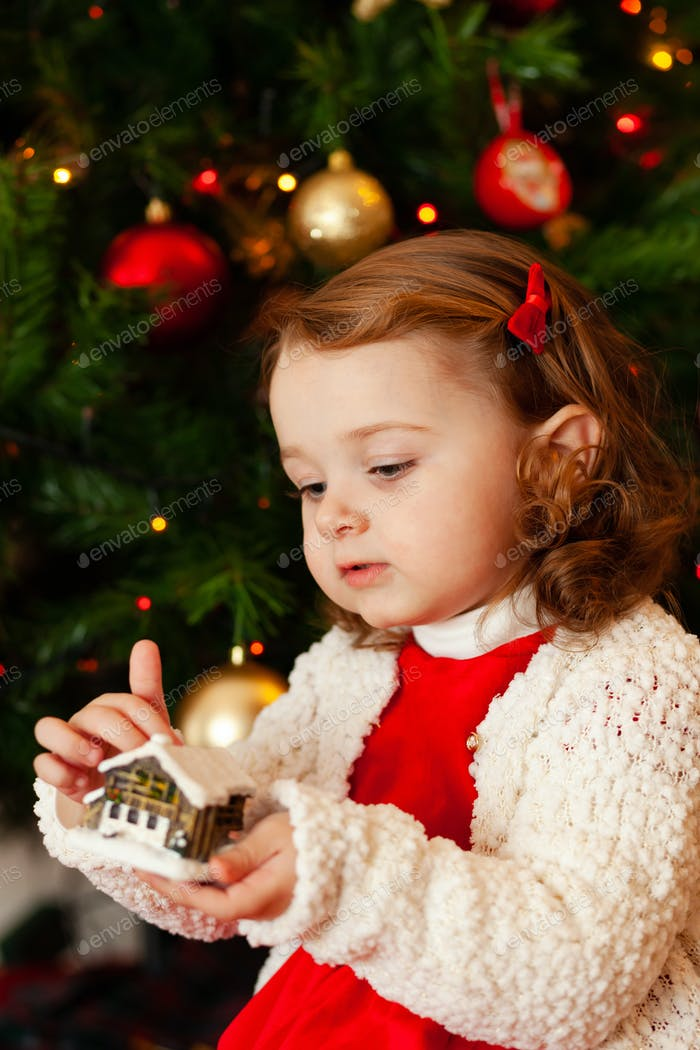 Schönes kleines Kind in der Nähe von Weihnachtsbaum.