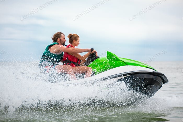 Paar hat Spaß auf Wasserscooter Sommer Meer Aktivität