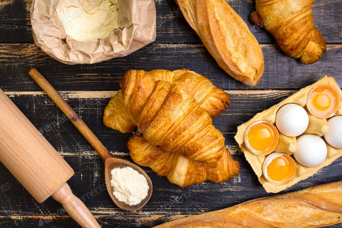 Croissants, Baguettes, Mehl, Eier, Löffel, Nudelholz