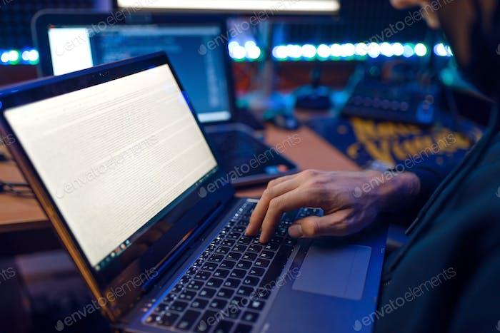 Hacker in der Haube zeigt Daumen nach oben, Netzwerkkriminelle