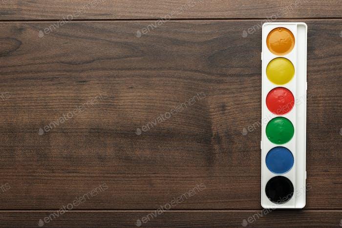 Box Wasserfarben auf dem Tisch