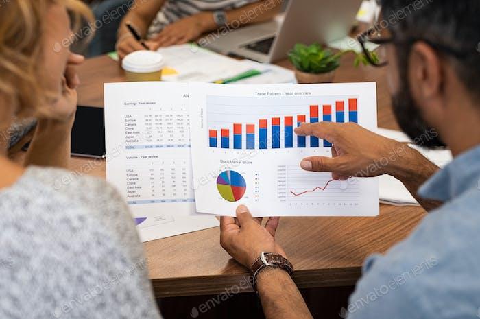 Geschäftsleute, die Diagramme analysieren