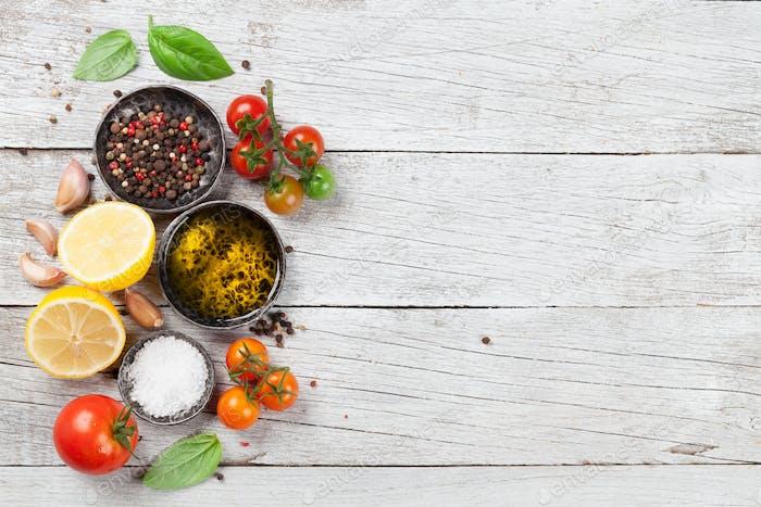 Tomaten, Basilikum, Olivenöl und Gewürze