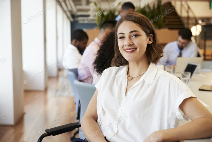 Porträt der Geschäftsfrau im modernen Büro mit Kollegen Treffen rund Tisch im Hintergrund