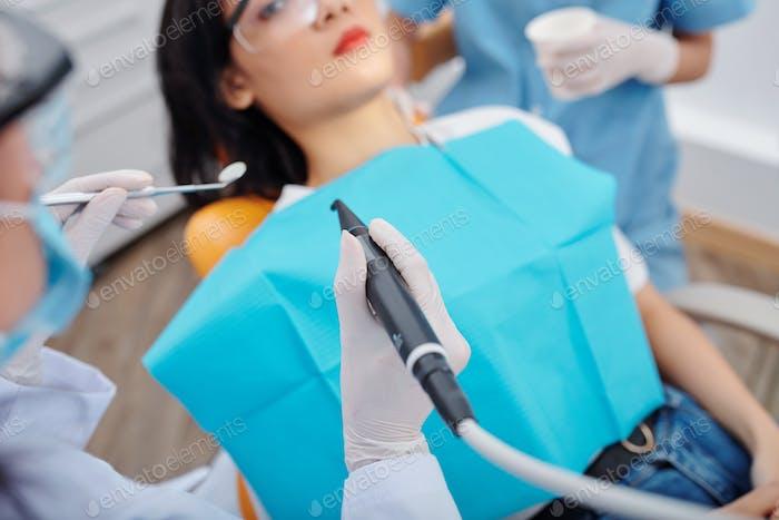 Zahnarzt, der Karies behandelt