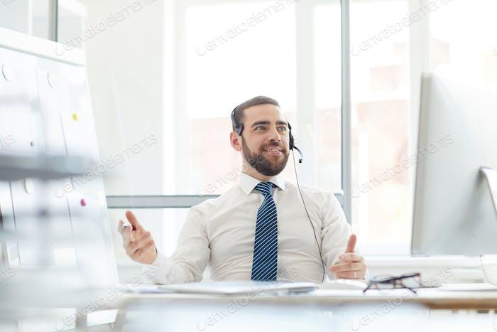 Hotline-Betreiber, der eingehenden Anruf annaht