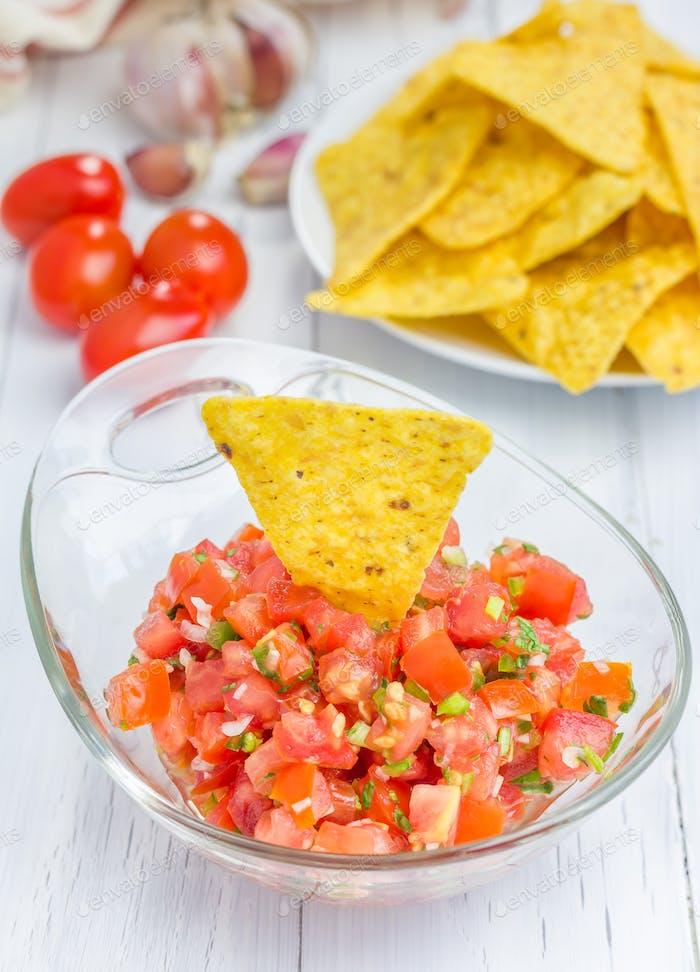 Schüssel mit frischem hausgemachtem Salsa-Dip mit Nachos