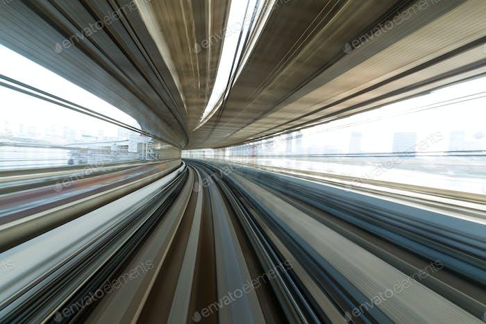 Zug durch den Tunnel
