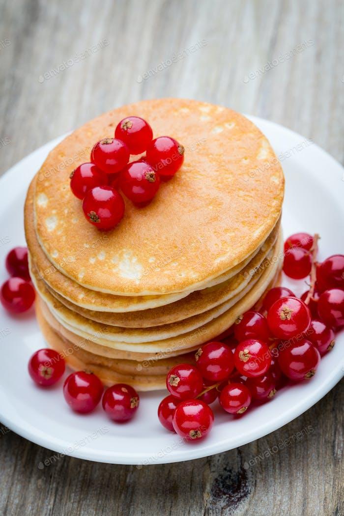 Stapel Pfannkuchen mit Heidelbeere und frische Beere.