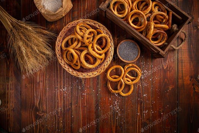 Brezel Ring auf Holz