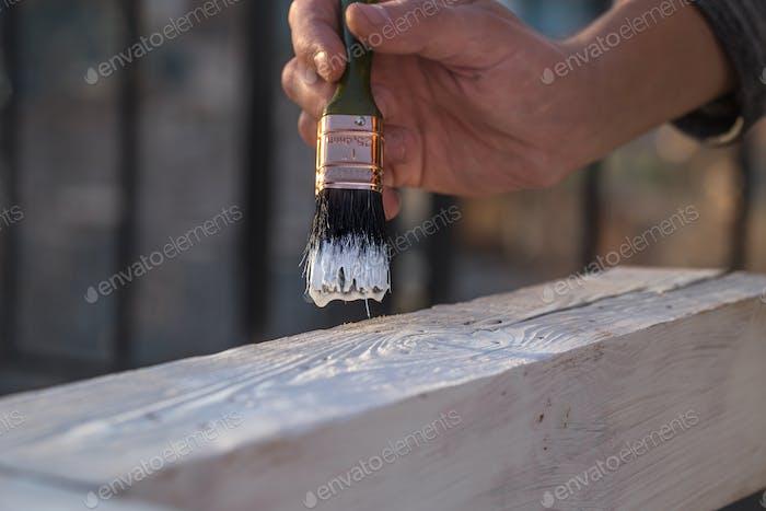 мужские ручные краски с белой краской на дереве