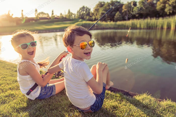 Kinder fangen Fische