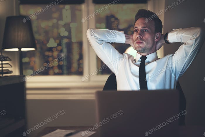 Geschäftsmann denken im Büro arbeiten Überstunden