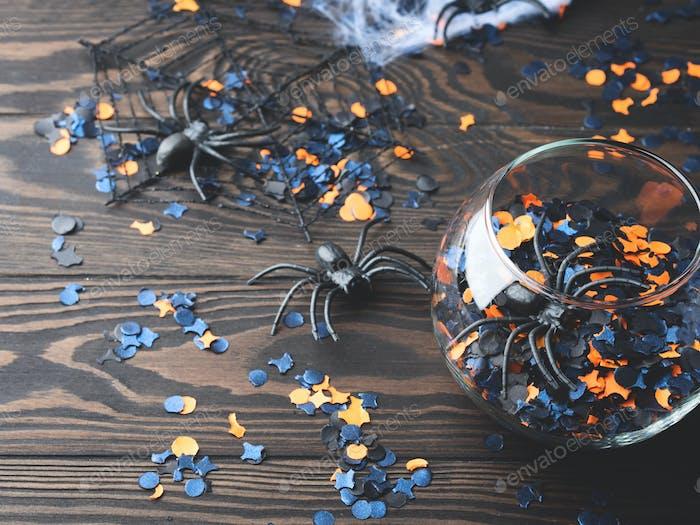 Halloween-Party-Konfetti und Spinnen auf dunkel