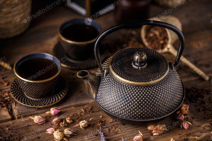 Eisen-Teekanne und traditionelle Eisen-Becher