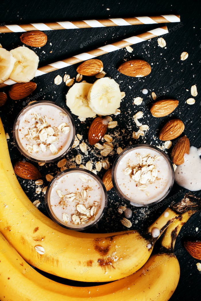 Banana smoothie with ground almonds and oat flakes