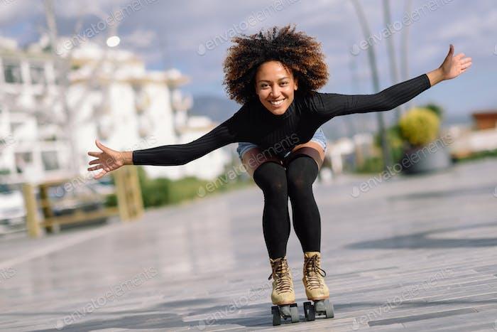 schwarze Frau auf Rollschuhe Reiten im freien auf urban street