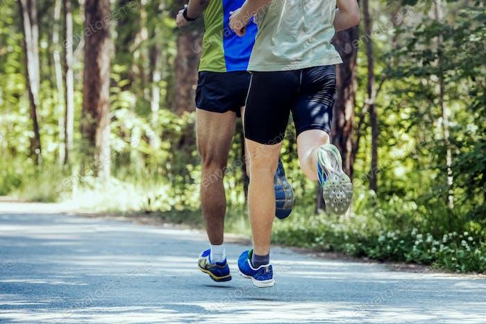 Zwei junge Sportler Laufen