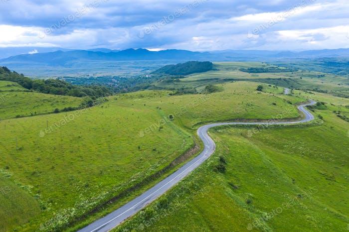 Luftaufnahme eines kurvenreichen Landstraßengewundenen