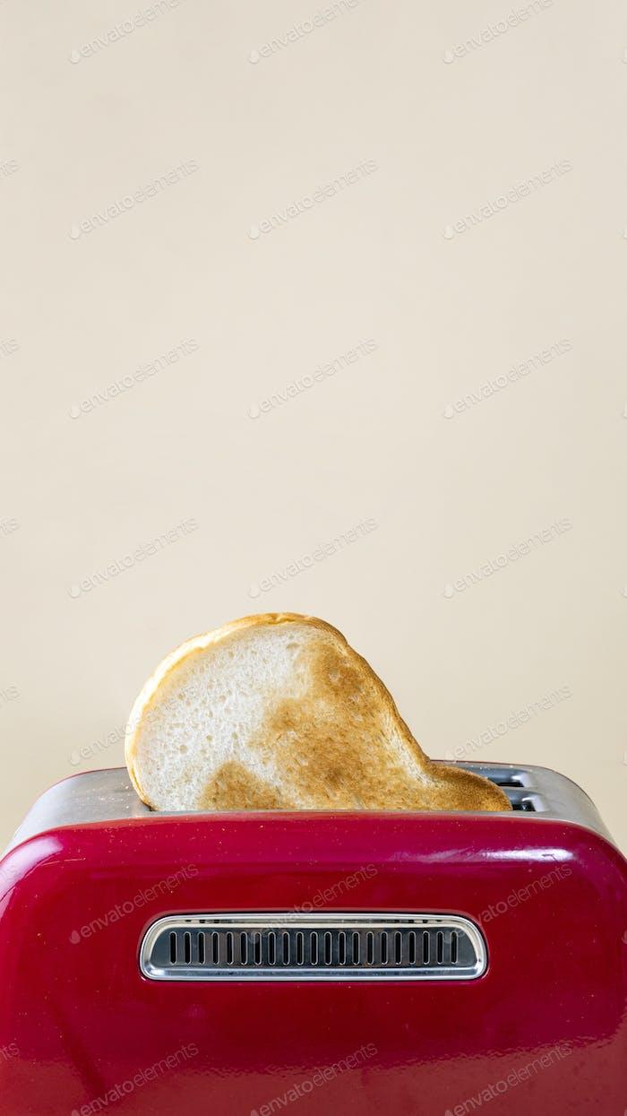 Roter Toaster und Toast