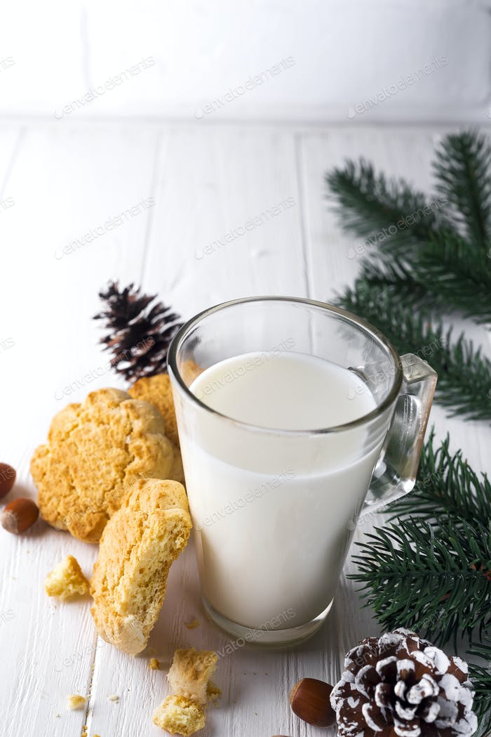 Glas Milch und Kekse links für den Weihnachtsmann speziell.