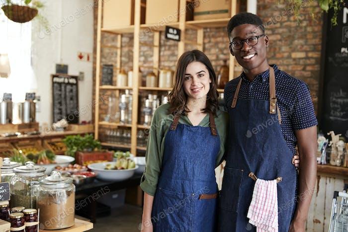 Porträt von männlichen und weiblichen Besitzer von nachhaltigen Kunststoff Free Lebensmittelgeschäft