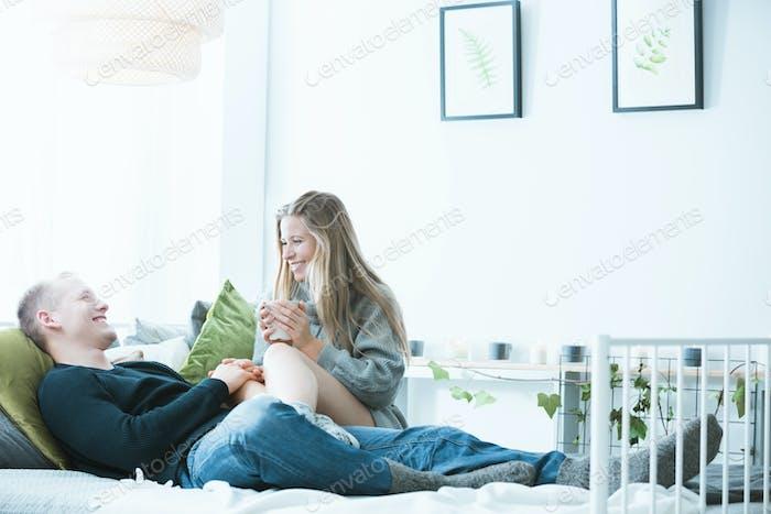 Hombre y Mujer Alegre