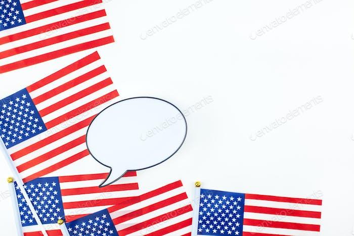 Banderas americanas sobre fondo blanco vista superior