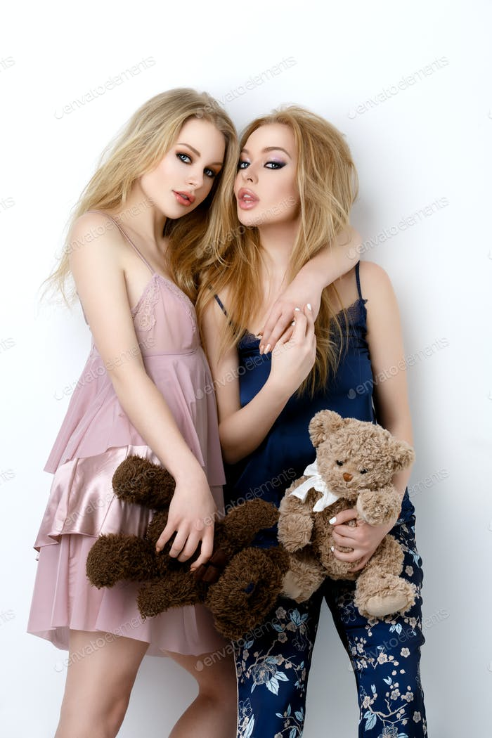 dos hermosas niñas acostado en pilloows